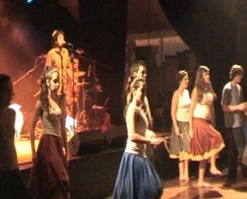 Grans i petits ballen al so de la música amb l'actuació del grup Musiquetes per la bressola