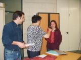 Els organitzadors del concurs lliuren el premi a una de les guanyadores