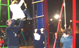 Un nens juguen en unes cordes instal·lades a l'Envelat