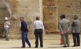 Els operaris han fet servir aigua a pressió per netejar les parets del Monestir