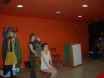 L'obra teatral 'No et consumeixis' critica l'estil de vida de la societat actual