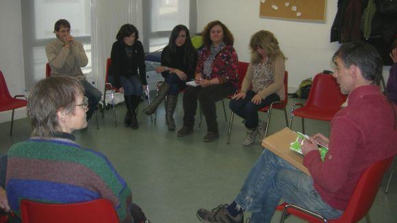 Les dones de l'associació durant un taller