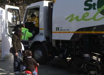 Els santcugatencs coneixen de primera mà el nou servei de neteja de la ciutat