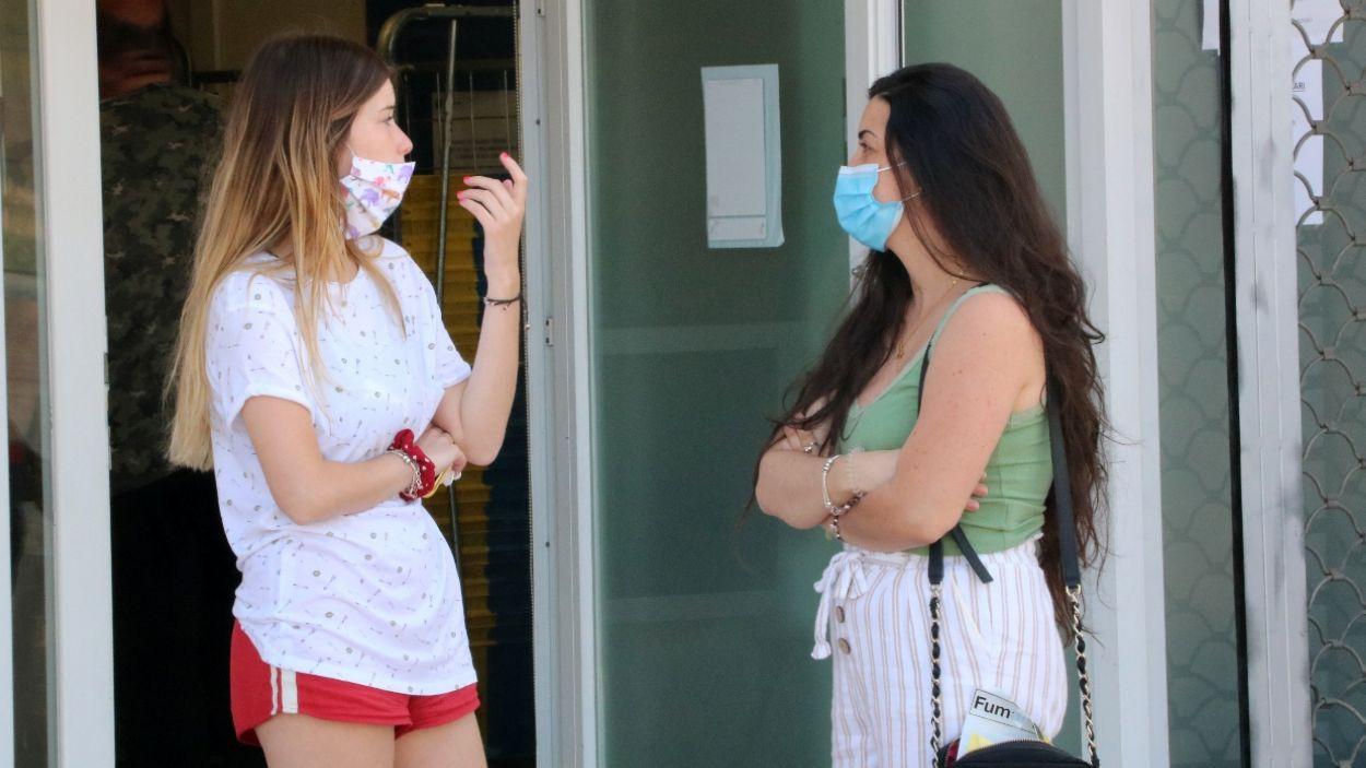 Dues dones amb mascareta conversant / Foto: ACN (Gemma Sánchez)