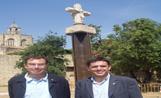 L'alcalde Recoder i el tinent d'alcalde de Ciutat Sostenible, Jan Carbó, davant a recuperada creu