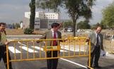 L'alcalde ha retirat la tanca que impedia el pas dels vehicles i ha obert la rotonda al trànsit