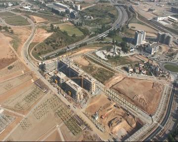 La construcció d'equipaments tirarà endavant tot i la poca ocupació als nous barris