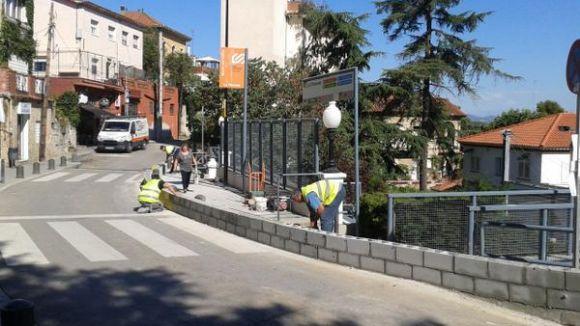FGC retira de forma parcial el mur de contenció de la plaça de Josep Playà