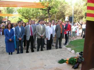 Tots els grups municipals i diverses entitats i col·lectius participen en l'ofrena al monument de Casanova