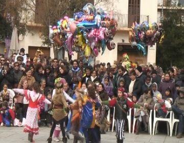 El Carnaval infantil omple la plaça d'Octavià amb el ball de gitanetes com a protagonista