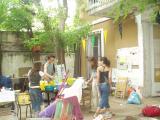 Els joves, desallotjant la casa del c/Girona.
