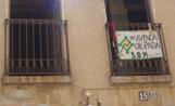 Els 'okupes' han penjat una pancarta del balcó de l'habitatge on s'han instal·lat