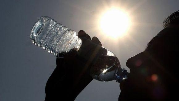 Evitar el sol directe i hidratar-se, els antídots més efectius contra la calor