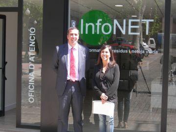 Cristina Paraira acompanyada d'un representant de l'empresa Valoriza