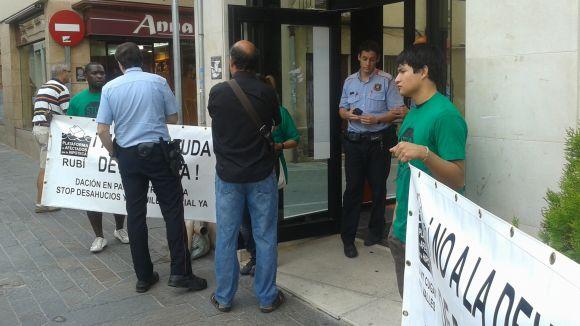 La PAH repeteix protesta davant CatalunyaCaixa, amb mediació dels Mossos