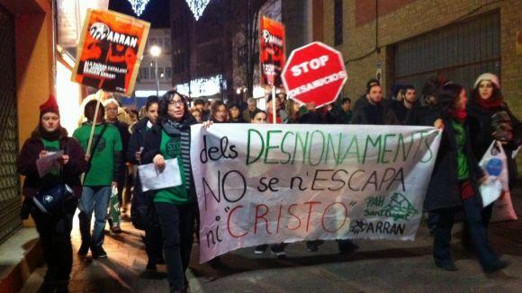 La PAH es vesteix de Nadal per manifestar-se contra els desnonaments
