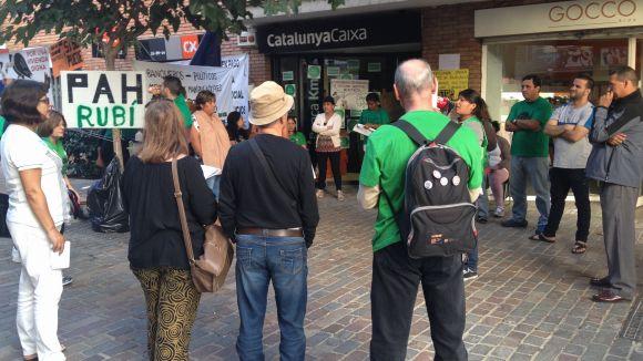 La PAH de Rubí continua concentrada davant CatalunyaCaixa, tot i les queixes veïnals