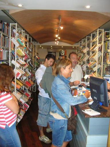 Autors catalans signen aquest dissabte llibres al Cafè Gina