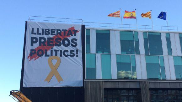 La pancarta de 'Llibertat presos polítics' i les maniobres militars a Collserola, als precs i preguntes del ple