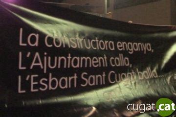 L'Esbart introdueix una pancarta per reclamar un local en la seva actuació de la Festa de Tardor