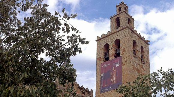Una fotografia de Victòria dels Àngels presideix el campanar del Monestir