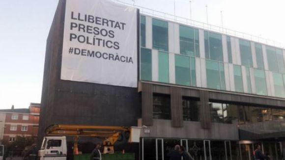 Cs exigeix a l'Ajuntament que certifiqui l'origen de la donació de la pancarta 'Llibertat presos polítics'