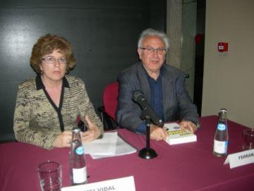 Ferran Aisa i Mei Vidal donen llum a una figura polièdrica de Joan Salvat Papasseit