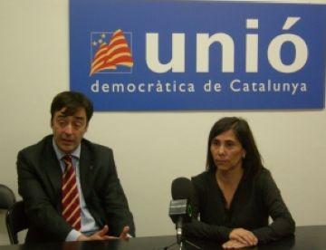 Cristina Paraira mostra el carnet d'usuari del Punt Verd