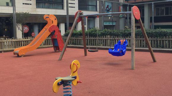 L'Ajuntament implanta gronxadors adaptats a quatre parcs infantils