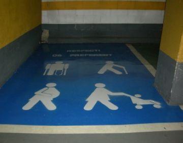 L'Ajuntament reconeix que les places d'aparcament per a embarassades són massa petites