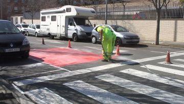 Ja s'han començat a pintar de vermell els passos de vianants propers a les escoles de la ciutat