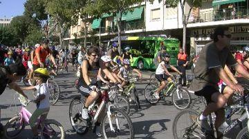 Uns 80 santcugatencs s'uneixen per pedalar contra el canvi climàtic