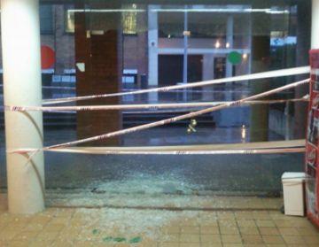 Una pedrada rebenta la porta principal del Pav-1