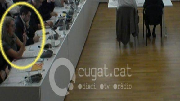 Mireia Ingla (ERC) fa la figa a Álvaro Benejam (PP) al ple municipal