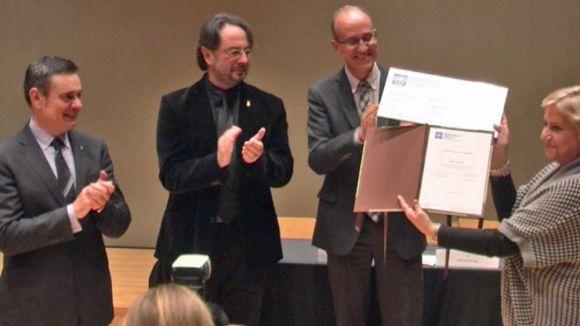 La presidenta del PEN Català, Carme Arenas, recull el reconeixement de les Nacions Unides