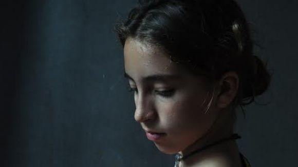 Detall del retrat 'Donzella amb cireres' de Pep Pujol