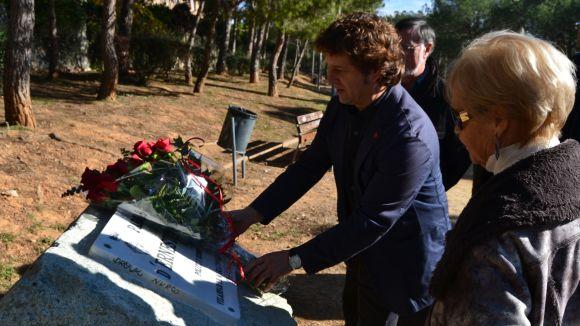 El PSC posa en valor l'esperit dialogant d'Ernest Lluch amb una ofrena floral