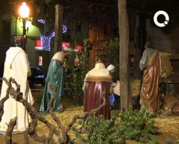 El tradicional pessebre gegant ja adorna la plaça de Barcelona