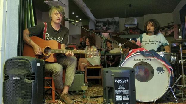 Pete Doherty s'encomana de l'esperit florestà amb una actuació íntima a La Floresteca