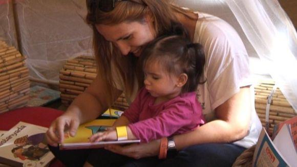 Petits i grans omplen el Claustre de contes al festival Petits! Grans! Llibres!