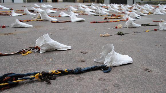200 peus de guix fets per les escoles decoren des d'avui el vestíbul de l'Ajuntament