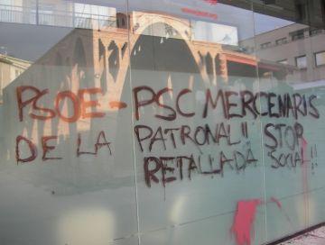 Apareixen pintades a la seu del PSC en contra de la reforma laboral