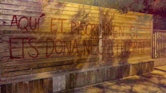 Pintades d'Arran contra la discoteca Teatre per 'discriminació'