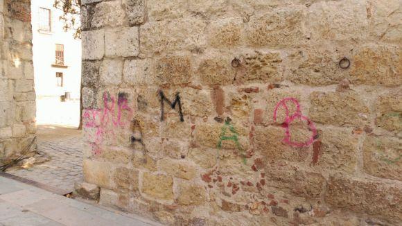 Pinten la muralla del Monestir