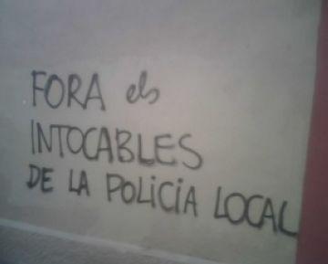 Unes pintades anònimes demanen la dimissió del regidor de Seguretat pels polícies 'intocables'