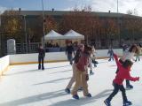 Els nens han estat els primers a arribar a la pista de patinatge sobre gel de Valldoreix
