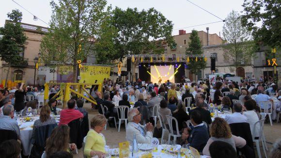Mig miler de persones tenyeixen de groc la plaça de Barcelona per reclamar la llibertat dels 'presos polítics'