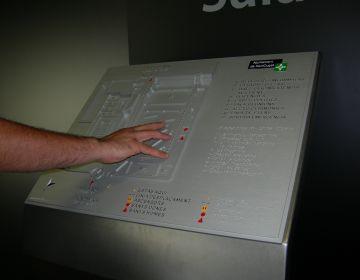 L'Ajuntament instal·la un plafó informatiu adaptat per invidents