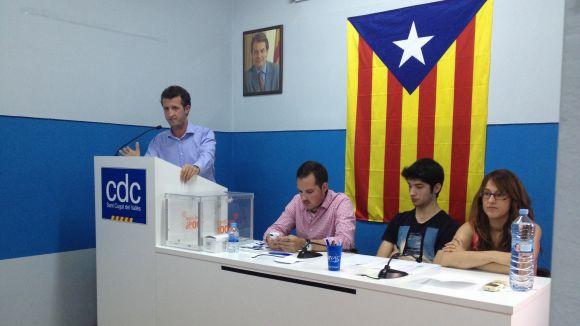 Pol Moragas, a l'esquerra, a la seu de CDC de Sant Cugat