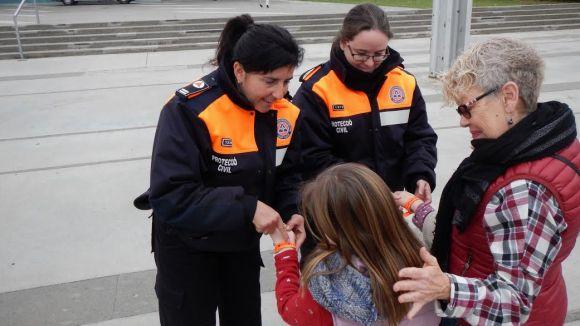 Protecció Civil reparteix polseres als infants per trobar-los si es perden a la cavalcada de Reis